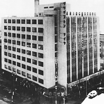 The Bridgestone Building, with its then cutting-edge mechanical engineering, at the time of the opening of the Bridgestone Gallery (1952)